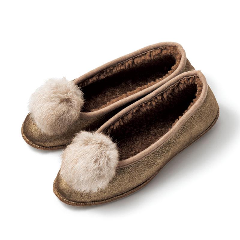 内側の柔らかいシープスキンが足に気持ちよくフィットします。シューズ〈シープスキン×ラビットファー〉¥28,000(バビ/フラッパーズ)