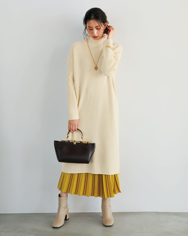 冬モテの王道・ホワイトのニットワンピ!ワンピの裾からキレイ色のプリーツスカートをのぞかせて、大人ならではの上品な華やぎを。ワンピース¥24,000スカート¥24,000〈ともにドレステリア〉バッグ¥155,000〈ザンケッティ〉ブーツ¥38,000〈ファビオ ルスコーニ〉頭に巻いたスカーフ¥15,000〈アネー〉ネックレス¥13,000〈ローラロンバルディ〉バングル¥28,000〈フィリップ オーディベール〉(すべてドレステリア 新宿店)