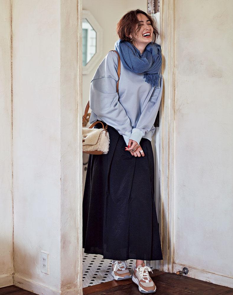 Blue×Black 黒のふんわりスカートをフレッシュにアップデートした CLASSY.読者も大好きな、大人可愛いふんわりスカート。この秋、乾さんが着るなら?「ベイビーブルーのスウェットをゆるっと重ねるのが気分。あえてのオーバーサイズ同士を合わせた〝媚びない甘さ〟が理想です」。プルオーバー¥8,900(ノーク)スカート¥32,000(エーケーワン/デミルクス ビームス新宿)ストール¥69,000(ベグ アンド コー/ボーダレス)ピアス¥14,000 リング[左手]¥20,000(ともにウノアエレシルバーコレクション/ウノアエレ ジャパン)リング[右手]¥6,300(CYCRO)スニーカー¥80,000(サントーニ/リエート)バッグ¥98,000(ザネラート/アマン)