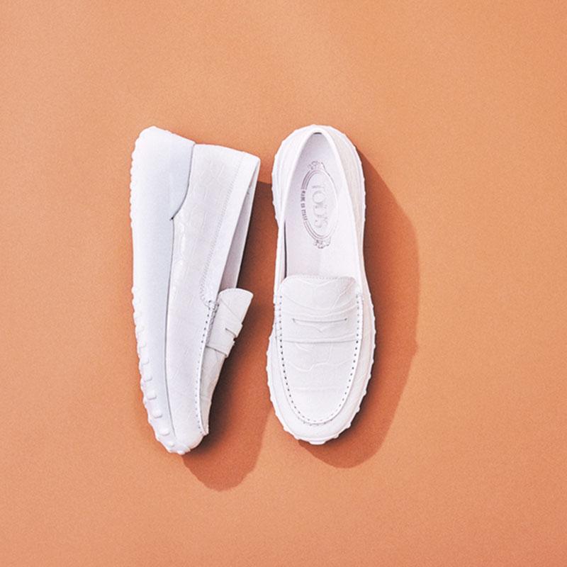 TOD'Sのローファー ネイビー、グレー、ブラックなど暗い色の服が多く、軽さを出せる白い靴を探していました。そんななか、トッズでスニーカー感覚ではけるローファーを発見。スポーティな見た目なので今っぽくはけそうです。(ライター/志摩有子さん)