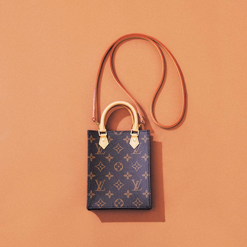 Louis Vuittonのミニバッグ モノグラム×かっちりシルエット×ミニといった見た目の可愛さに心を射貫かれ、衝動買いしたプティット・サックプラ。スマホくらいしか入らないサイズですが、コーデのポイントになる存在感はさすがです。(スタイリスト/平沼洋美さん)