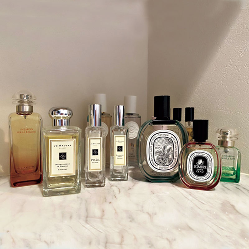 香水コレクションの一部。王道の誰もが持っている香りより、人とかぶらない香りをつけるのが好きです。