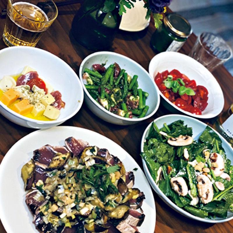 初ガツオのたたきに、茄子と香味野菜のソースをかけました。家でホームパーティをしたときの写真です。