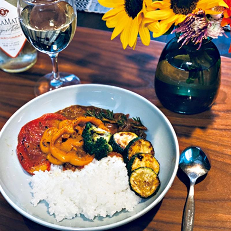 サバ缶を使ったトマトカレー。夏野菜をのせて彩りと栄養のバランスをとりました。