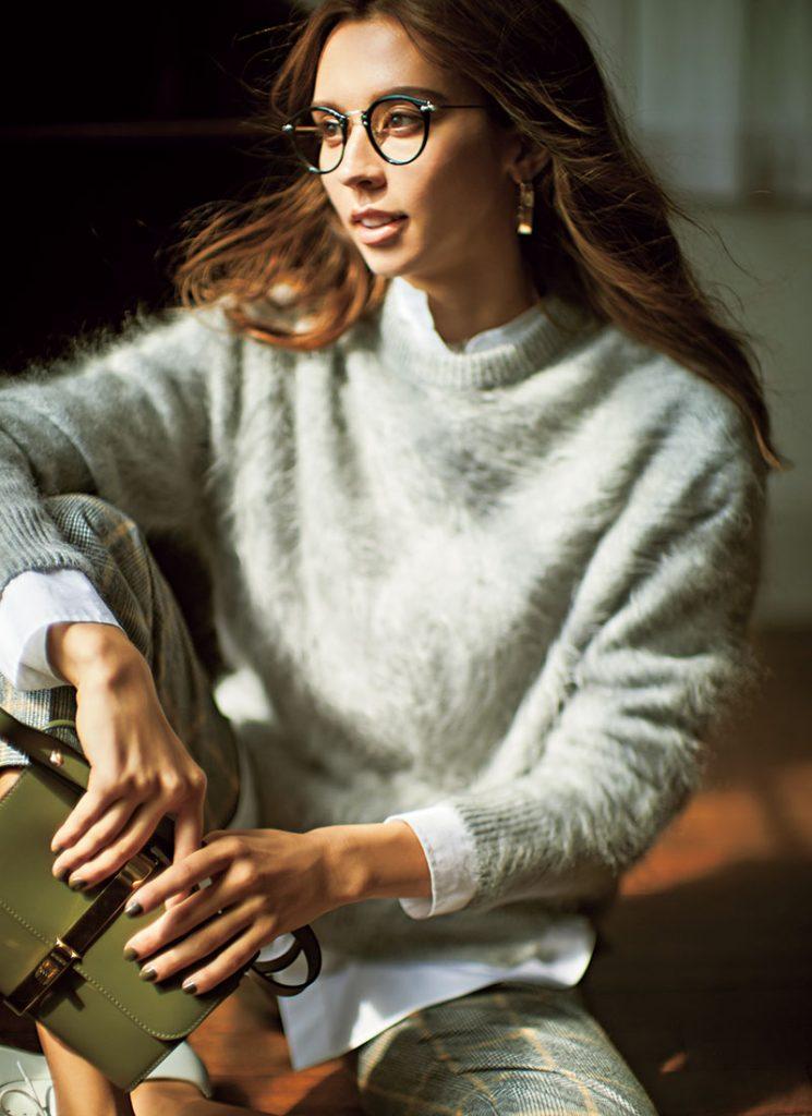 ハンサムなグレーを起毛させた 表情豊かなカシミヤニット 起毛させることでより柔らかいムードが際立つニット。こんなふうにトラッドっぽく着ても女らしさが漂います。ニット¥73,000チェックパンツ¥56,000(ともにドゥロワー/ドゥロワー六本木店)シャツ¥15,000(プラージュ/プラージュ代官山 店)眼鏡¥33,000(アイヴァン/アイヴァンPR)ピアス¥11,000(ワンエーアールバイウノアエレ/ウノ アエレ ジャパン)シューズ¥85,000(サントーニ/リエート)バッグ¥115,000(ザンケッティ/八木通商 ZANCHETTI事業部)