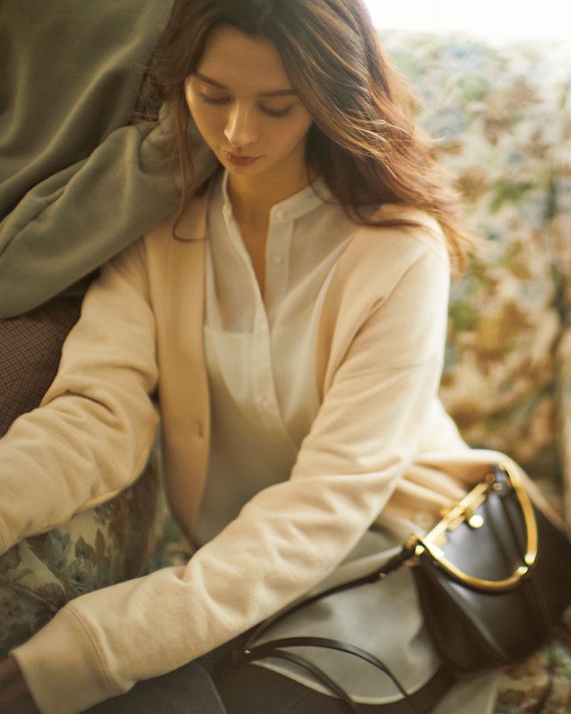 きちんと感のあるシャツにスウェットのカーデを重ねて〝キレイめ楽ちん〟なオシャレを デイリーに活躍すること間違いなしの、気軽に羽織れるスウェット素材カーディガン。透けシャツでさらに柔らかい雰囲気に。カーディガン¥18,000シアーシャツ¥24,000(ともにガリャルダガランテ/ガリャル ダガランテ表参道店)デニムパンツ¥30,000(マディソンブルー/マディソンブルー)バッグ¥150,000(ザンケッティ/八木通商ZANCHETTI事業部)