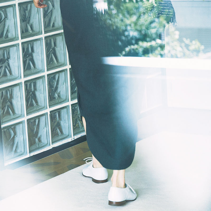 ワンピース¥72,000(マディソンブルー/マディソンブルー)スカーフ¥16,000(マニプリ/フラッパーズ)ピアス¥14,000(ウノアエレシルバーコレクション/ウノアエレ ジャパン)リング[人差し指]¥6,300(CYCRO)リング[中指]¥3,100(JUICY ROCK)バングル¥18,000(アガット)シューズ¥85,000(サントーニ/リエート)バッグ¥152,000(JIMMY CHOO)