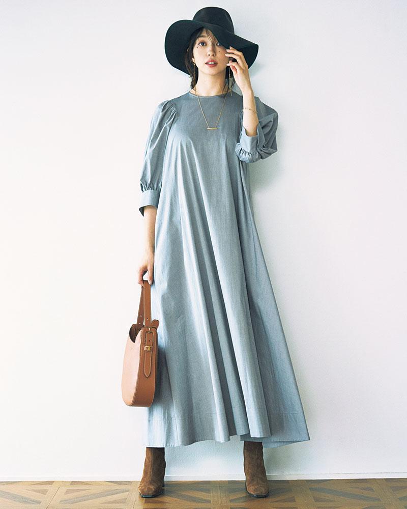 今年人気のシャツ地で仕立てたパフスリーブワンピ。Aラインで裾が広がるシルエットはともすると幼くなりがちだけど、コンパクトな肩や過不足ないボリューム感で余裕を感じるエレガンスに。ワンピース¥53,000(ebure)ハット¥18,000(メゾンドリリス)ネックレス¥210,000 ブレスレット¥110,000 ピアス¥100,000(すべてベルシオラ)ブーツ¥128,000(JIMMYCHOO)バッグ¥166,000(トッズ/トッズ・ジャパン)