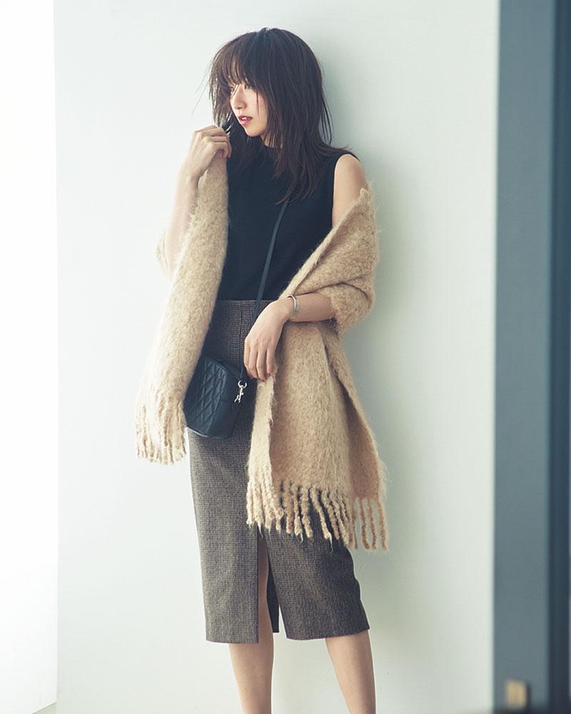 Bulky Stole × Sleeveless Knit 暖かなふかふかストールに身を包めば冬までノースリでOK 毛足が長く、もこもこした表情が個性的で可愛い大判モヘアストール。毛布みたいに肉厚でしっかり暖かいので、アウター代わりにさらっと羽織ればノースリーブでもお出かけできて、コーデにオシャレな立体感も生まれます。ストール〔50×190㎝〕¥39,000(アソース メレ/アイネックス)ニット¥4,990(PLST)スカート¥29,000(THIRD MAGAZINE)バッグ¥132,000(J&Mデヴィッドソン/J&Mデヴィッドソン青山店)バングル¥9,000(ノース ワークス/UTS PR)