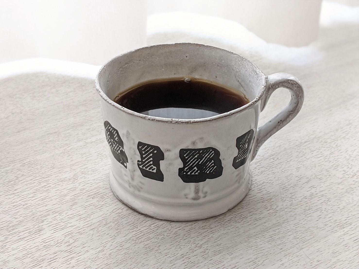 【コーヒー】暖かい飲み物は空腹を満たしてくれます。私はコーヒーを1日何杯も飲む程好きなので、デスクワークの日の欠かせないお供です。
