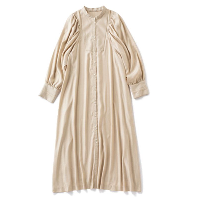 シャツワンピース ウェーブタイプのよさを引き立てる、ボリューム袖と、光沢のある生地。¥23,000(リリカ/アーバンリサーチ ロッソ ルミネ新宿店)