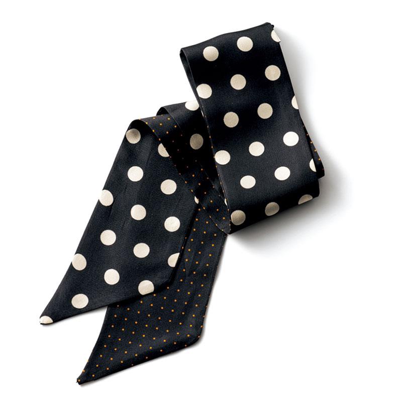 大きめドットと小さめドットはリバーシブルで使えます。スカーフ〈H88×W7〉¥8,900(マルフロワ/アトリエ ニノン)
