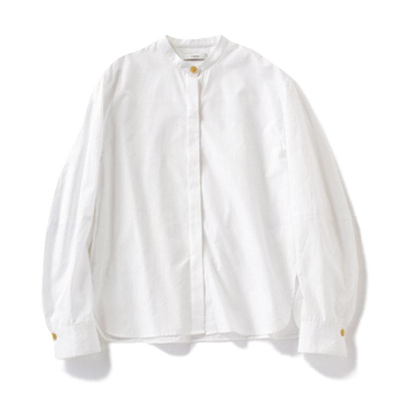 バンドカラーシャツ 首のラインに沿う、ほんのりスタンドカラー。ストレートタイプの短めな首を長く演出してくれます。¥34,000(ヴィンス/ヴィンス表参道店)
