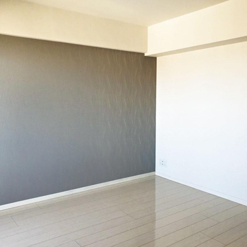 入居前にリビングの壁紙の一部を紫がかったラメ入りグレーに張り替え。ニュアンスがあり気に入っています。