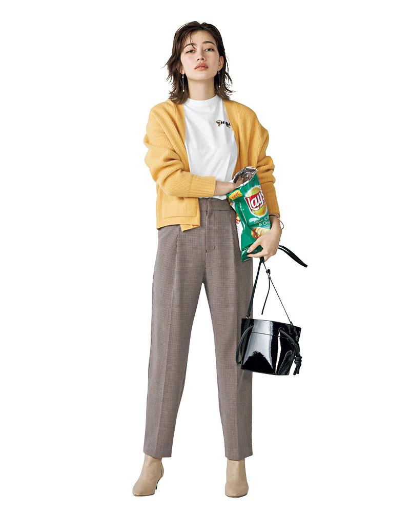 ×カーディガンのリラクシーな装いは エッジィな小物で旬のムードに ゆるっとした雰囲気が可愛いブラウンチェックパンツ。柔らかなトーンでまとめたリラックス感漂う着こなしは、足元とバッグで辛口な要素をプラスして都会的な印象に仕上げて。パンツ¥4,990(AG バイ アクアガール)カーディガン¥29,000(ティッカ)Tシャツ¥11,000(サードマガジン)バッグ¥35,000(オルセット/フラッパーズ)ブーツ¥36,000(ファビオ ルスコーニ/ハイブリッジ インターナショナル)ピアス¥7,600(ソコ/ZUTTOHOLIC)バングル¥2,200(アネモネ/サンポークリエイト)
