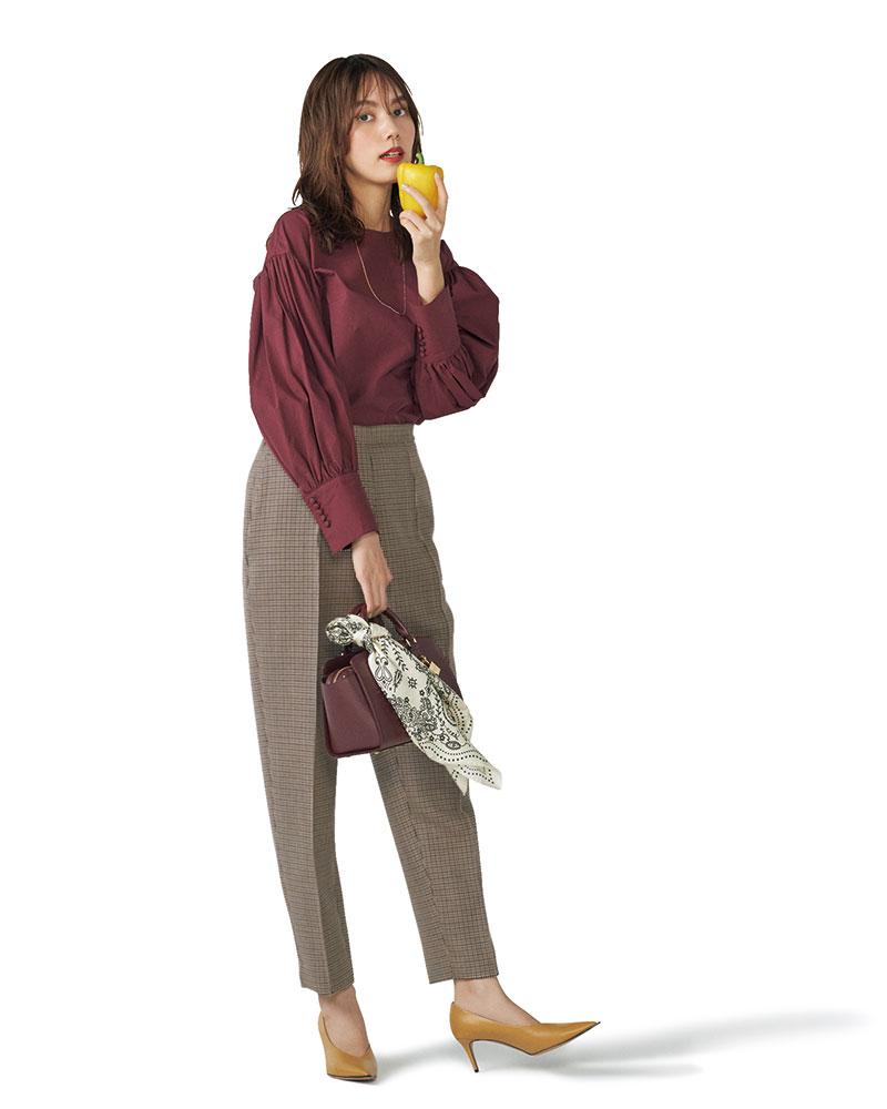 レトロなガンクラブにボルドーを差して クラシック&モダンな旬の装いに センタープレス入りでキレイめにはける、オーセンティックなガンクラブチェックパンツ。ボルドー×ブラウンのシックな配色で、上品なクラシックスタイルが簡単に完成します。パンツ¥36,000(イレーヴ/アングローバル)ブラウス¥3,990(AG バイ アクア ガール)バッグ¥28,000(サマンサタバサ/サマンサタバサ ルミネ新宿店)スカーフ¥12,000(マニプリ/フラッパーズ)パンプス¥48,000(ペリーコ/アマン)ネックレス¥1,900(アネモネ/サンポークリエイト)