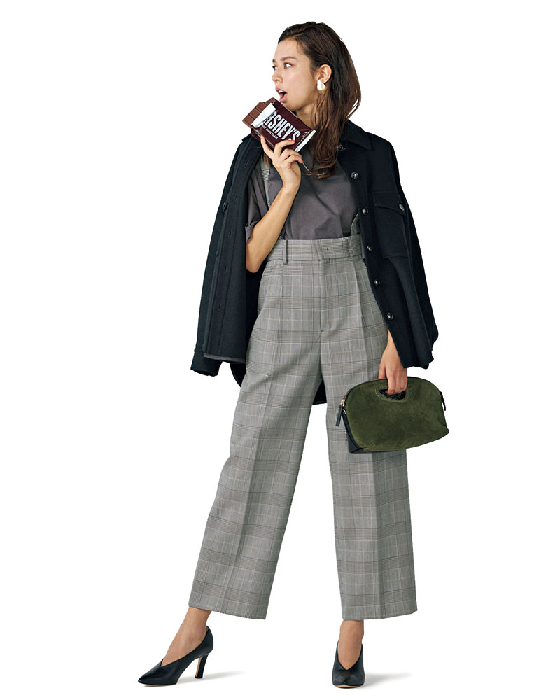 メンズライクなハイライズワイドを CPOでラフに着こなすアレンジが新鮮 ハイウエストのワイドシルエットで脚長効果抜群!トレンドのサスペンダーもこなれ感アップに有効です。クールなモノトーンで統一してカッコよく着こなして。パンツ¥17,000(アンクレイヴ/オンワード樫山)ジャケット¥32,000(サクラ/インターリブ)Tシャツ¥12,000(エイトン/エイトン青山)バッグ¥41,000(ペ リーコ/アマン)パンプス¥41,000(ロランス/ザ・グランドインク)イヤリング¥8,000(エネーダ/ココシュニック オンキッチュ 有楽町マルイ店)ネックレス¥62,000(ココシュニック)
