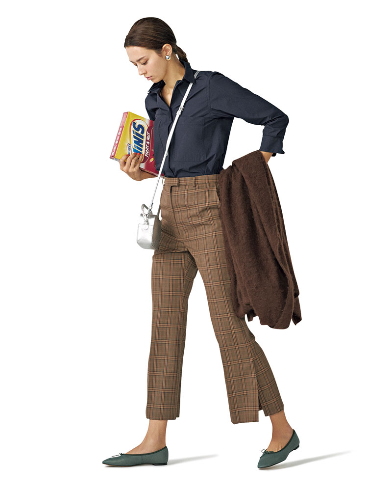 ストイックな辛口配色コーデは 軽やかな足元で今っぽく女らしく 深く入った裾のスリットが脚長効果とともに今年っぽさを後押し。パンツ¥22,000(デミルクス ビームス/デミルクス ビームス新宿)シャツ[セットアップ価格]¥38,000(サードマガジン)バッグ¥92,000(J&M デヴィッドソン/J&Mデヴィッドソン青山店)ストール¥59,000(アソース メレ/アイネックス)シューズ¥16,000(オデット エ オディール/オデット エ オディール新宿店)イヤリング¥8,000(マージョリー・ベア/ココシュニック オンキッチュ有楽町マルイ店)