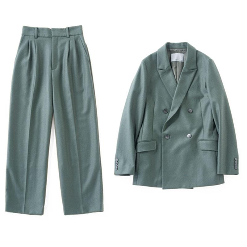 ジャケットセットアップ 今季らしい深いグリーンは、ベーシックコーデのアクセントに。ダブルジャケット¥24,000ストレートパンツ¥16,000(ともにアンクレイヴ)