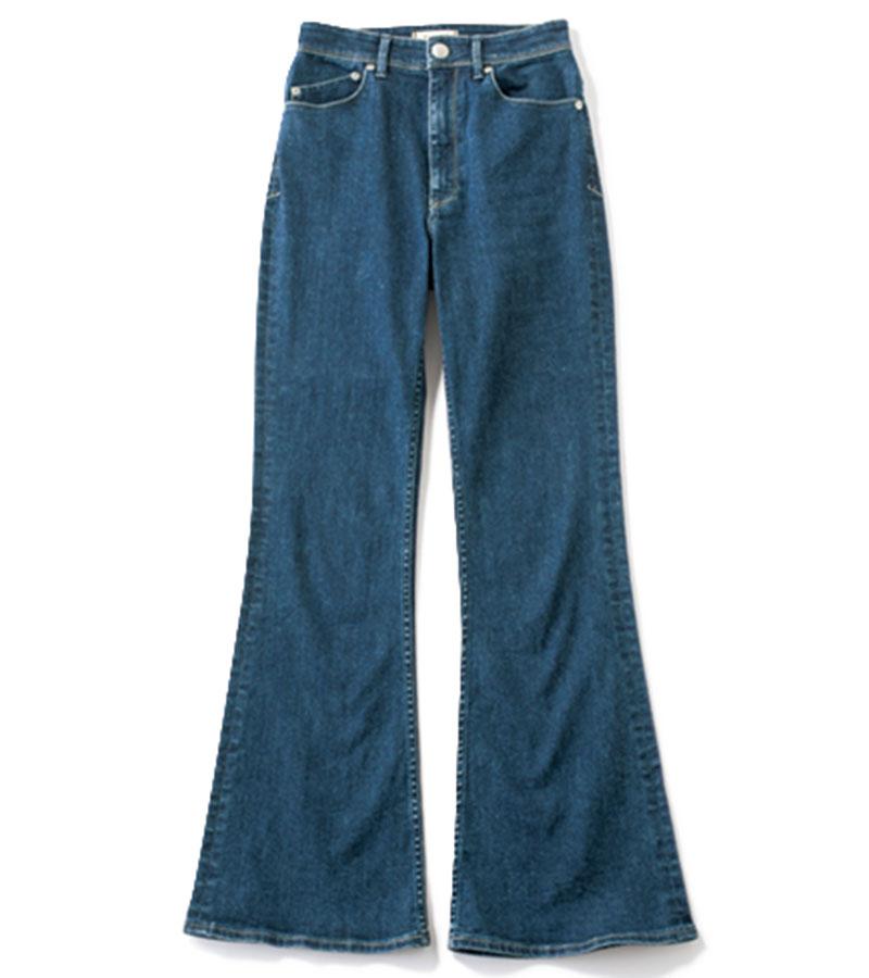 【10】フレアデニム トラッドスタイルに欠かせない濃色デニム。今季はフレアシルエットが正解。パンツ¥24,000(ヤヌーク/カイタックインターナショナル)