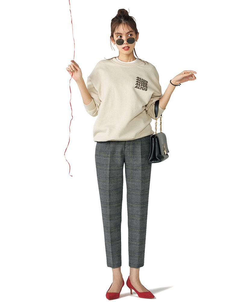 トラッド×モード、絶妙な甘辛MIXが叶える技アリの好感度スタイル キャッチーなロゴやバッグ、フェミニンな赤パンプスで真面目なパンツもグッと今っぽく。パンツ¥14,000(スピック&スパン/スピック&スパン ルミネ有楽町店)スエット¥12,000(ハチイチ ブランカ/UTS PR)Tシャツ¥8,800(スローン)バッグ¥143,000(オフ-ホワイトc/oヴァージル アブロー™/イーストランド)パンプス¥25,000(ツル バイ マリコ オイカワ)サングラス ¥38,000(アイヴァン/アイヴァンPR)ピアス¥2,864(アビステ)バングル¥7,400(シャシ/ZUTTOHOLIC)