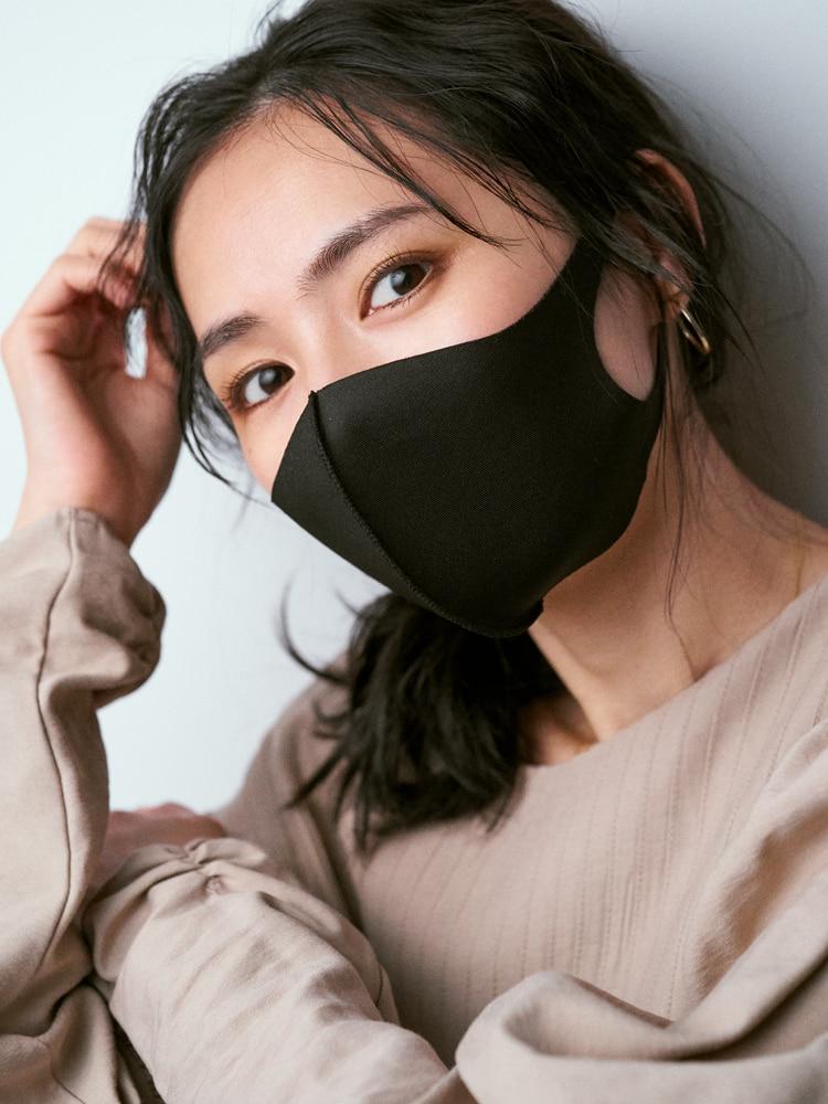 「インパクトの強い黒マスクは街