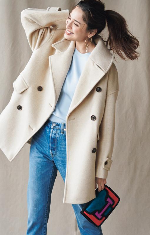 甘くなりがちな白のコートには、