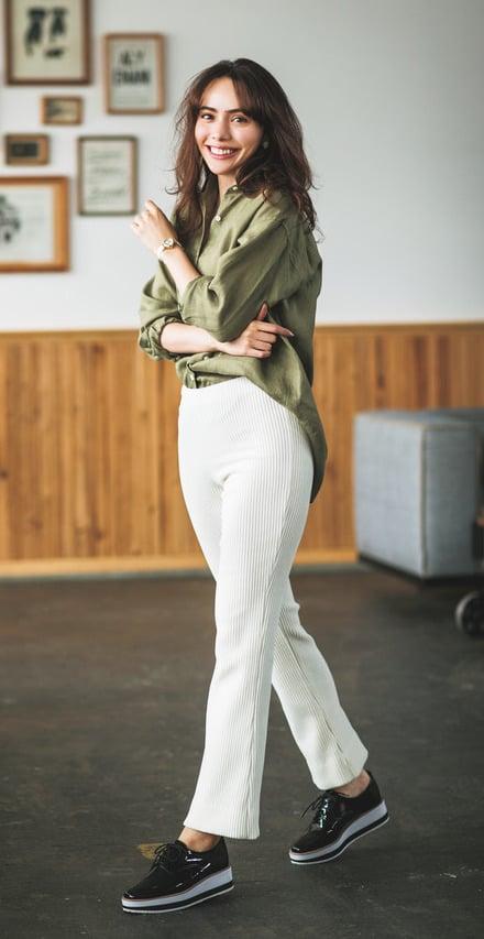 定番の白パンツに、厚底ローファ