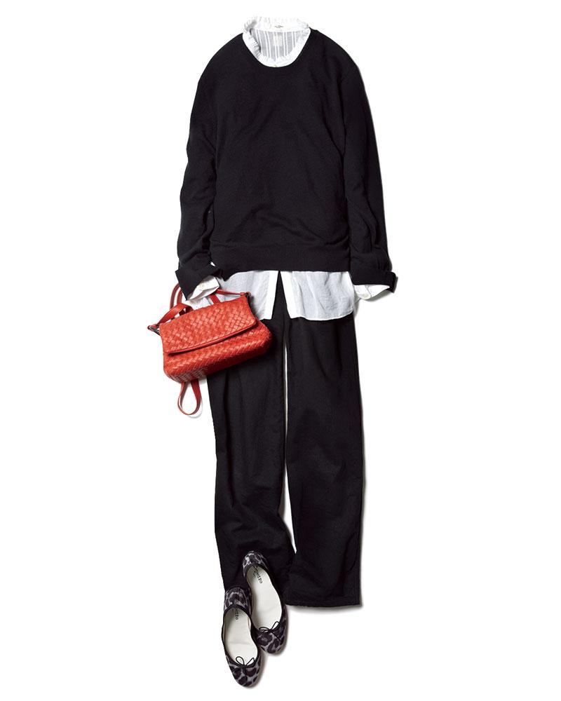 黒に頼れば大丈夫。Uniqlo UのデニムにSEAのニット、Isabel Marant Étoileのブラウスを挟んでバッグはBOTTEGA VEN ETA。シューズ¥33,000(レペット/ルック ブティック事業部)