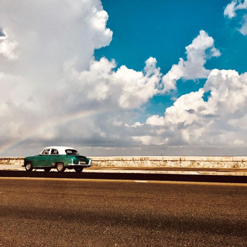 キューバは空や海の色が日本と違って、レトロな車まで絵になる国でした。