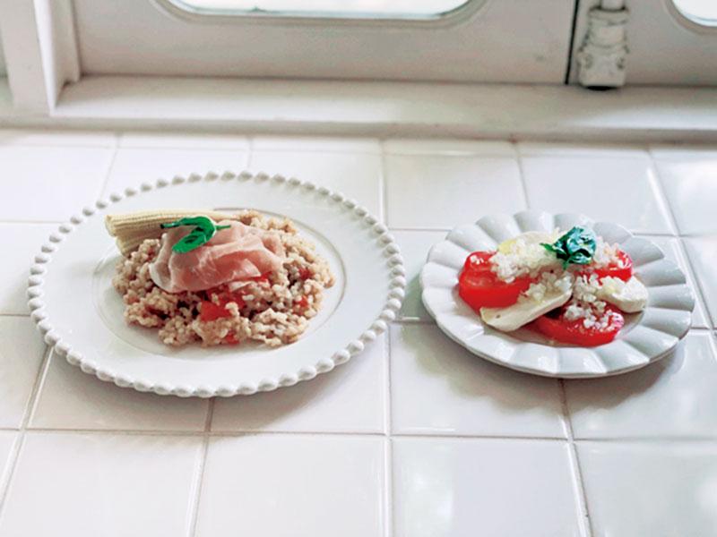 モッツァレラチーズとトマトのカプレーゼと、もち麦を使った簡単リゾット。