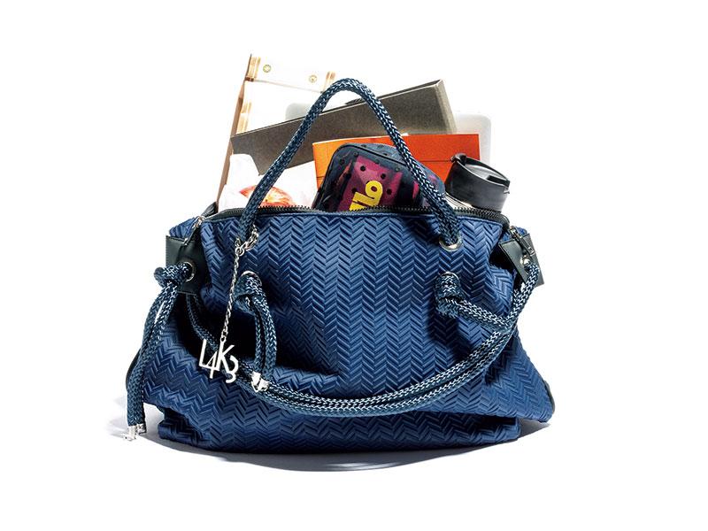 キャサリン妃も愛用するイタリア発祥の注目ブランド。ネオプレン素材に航海用ロープを組合せたユニセックスなデザインが魅力。中には4つのポケットが。バッグ[H30×W40×D15]¥33,000(L4K3 ITALY/zenstyle)