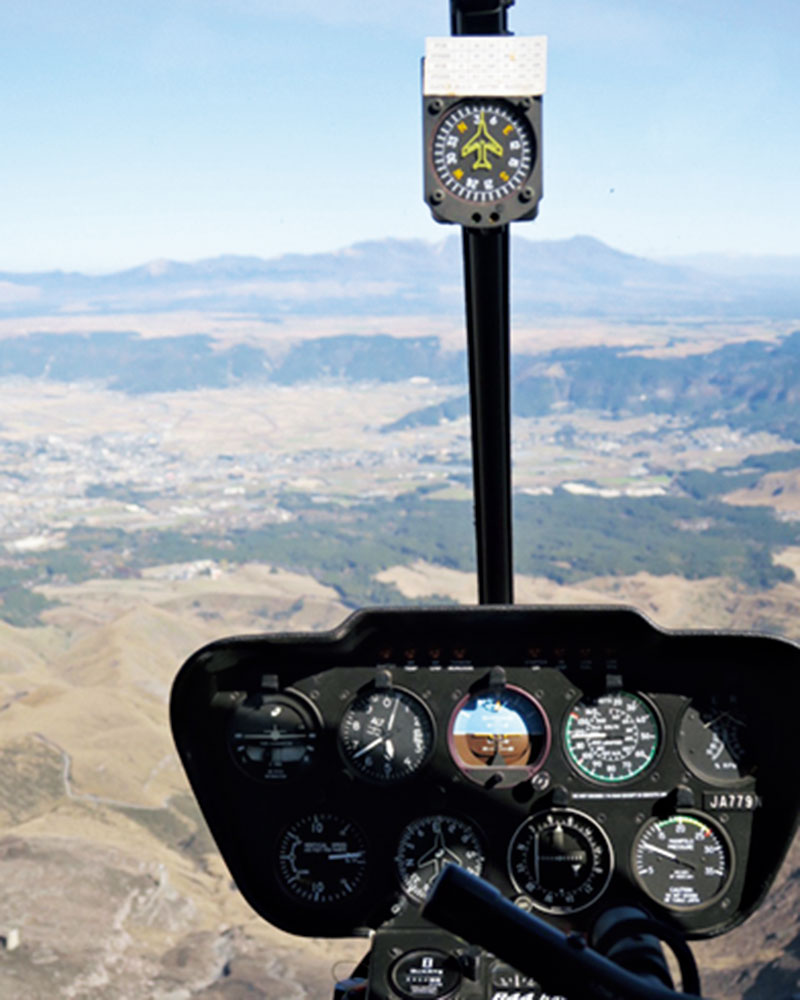 ヘリコプターから阿蘇山の噴火口を見下ろした時の迫力と感動と言ったら!