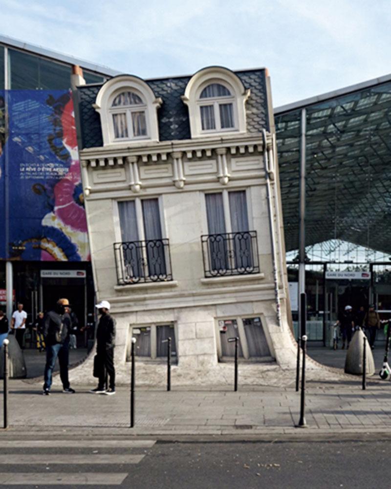 斜めになっている建物は、パリ北駅にある大好きなオラファーエリアソンの屋外作品。