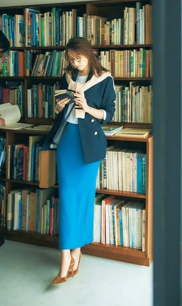 鮮やかブルーのタイトスカートで