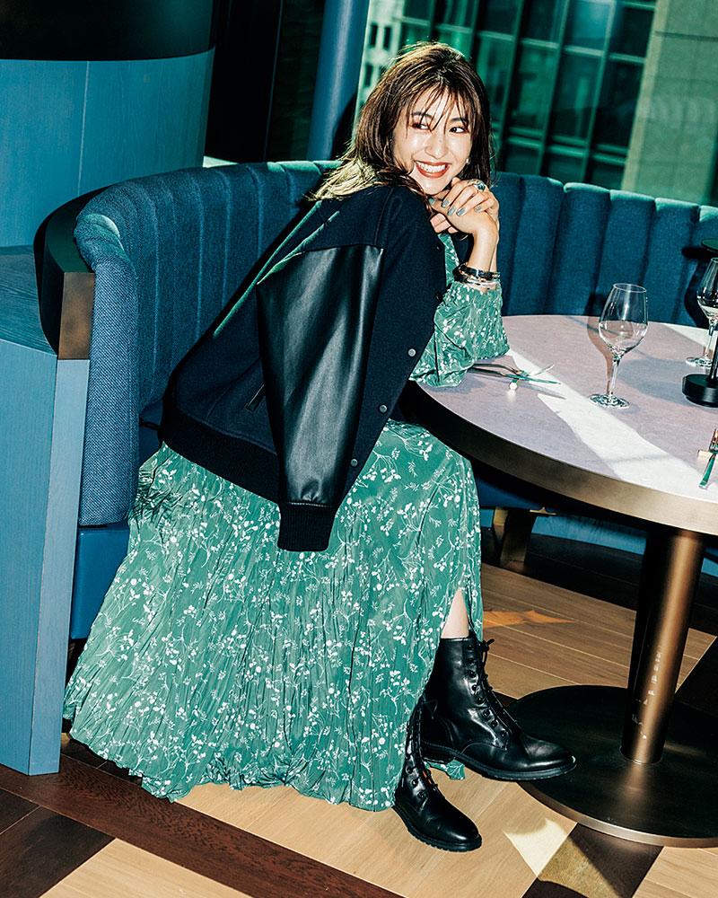 フェミニンなワンピは重めな辛口ブーツでカッコいい方向に 動くたびに揺れるプリントワンピの女らしさを中和させる、ソリッドなカッコよさを持つ黒ブーツ。定番の甘辛ミックスですが、キレイめ感のあるブーツのおかげで今年らしい印象に。ワンピース¥23,000(エミ アトリエ/エミ ニュウマン新宿店)ブルゾン¥28,000(アンクレイヴ)ピアス¥8,400リング¥10,100バングル¥28,800(すべてパズ コレクティブ/ZUTTOHOLIC)