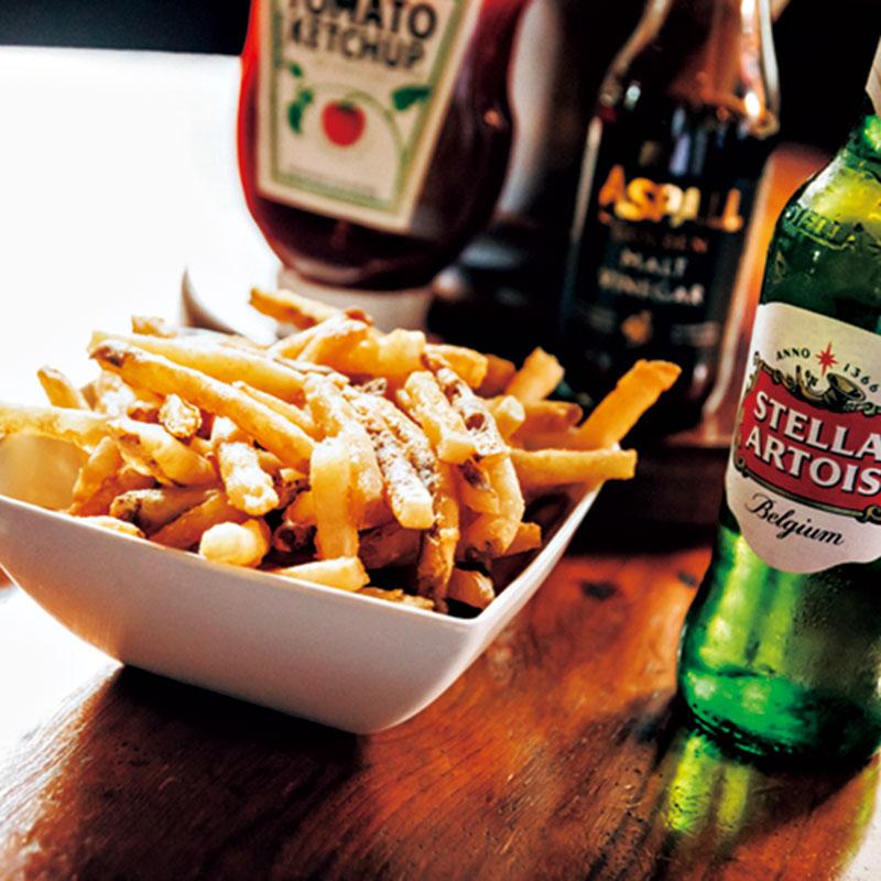 ビール&チップス ブリティッシュパブの定番メニューでイギリスのソウルフード。私たちも大好きなこのセットにも歴史を感じて。