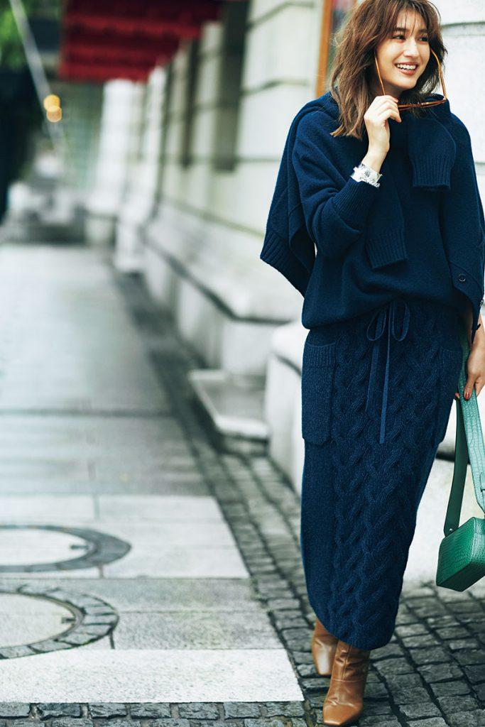 ニットの風合いを楽しめるケーブル編みとネイビーでまとめたワントーンが新鮮! ベージュや茶系がトレンドの中、スマートなネイビーのニットがなんだか新鮮。カーディガンも羽織ってアンサンブル感覚で着るのが大人っぽい。キャメルやパイソンの小物を合わせ、リッチなムードもプラス。スカート¥98,000ニット¥80,000カーディガン¥95,000(すべてドゥロワー/ドゥロワー 六本木店)バッグ¥124,000ロングブーツ¥185,000(ともにJIMMY CHOO)サングラス¥32,000(アイヴァン/アイヴァン PR)バングル¥15,000(ワンエーアールバイウノアエレ/ウノアエレ ジャパン)
