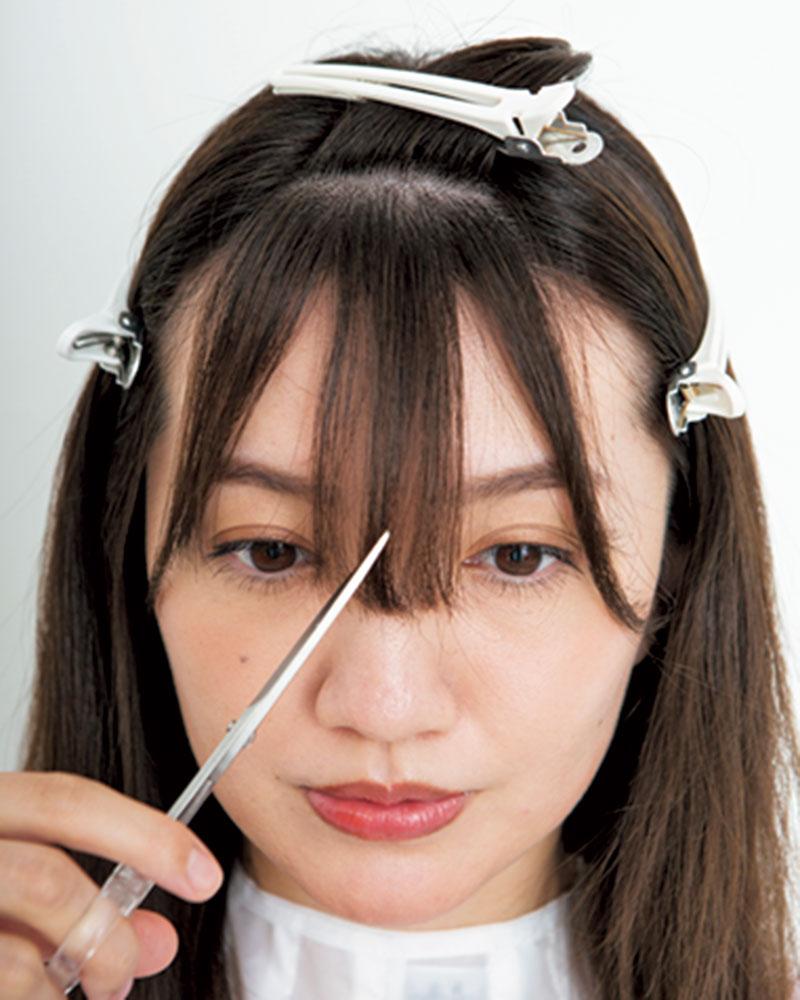 3.三角形をさらに上下に分け、ハサミを縦に使って中心から少し長めの目上の長さに切ります。