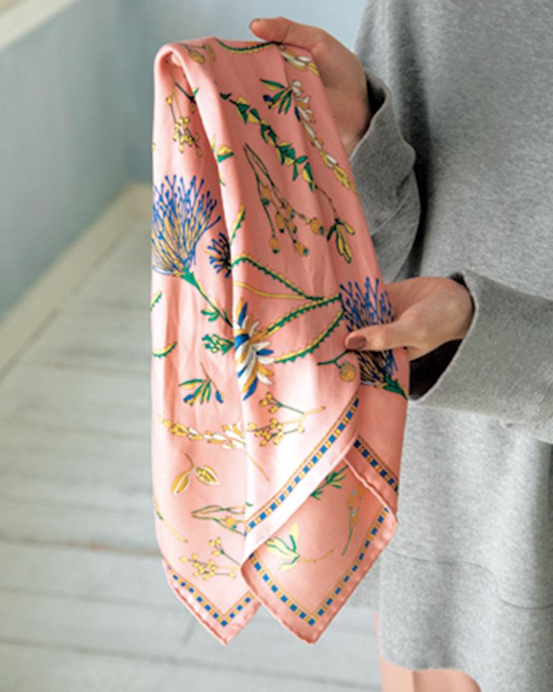 スカーフの対角線の角を交互に2~3回折りたたむ。