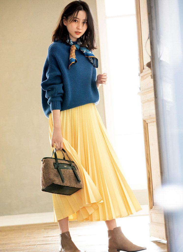 ブルー×黄色 服とスカーフの配色をさりげなく統一して