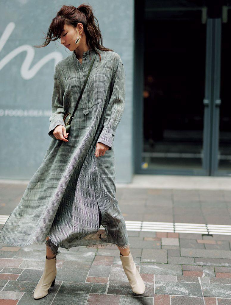 シアー素材で軽やかに揺れる裾が