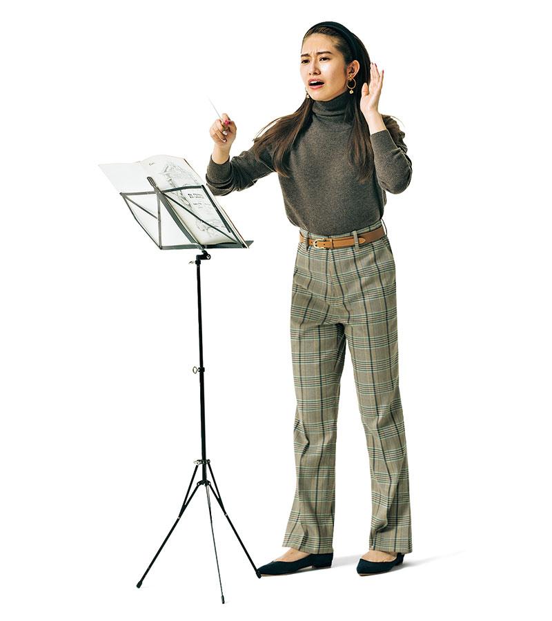 ハンサムなパンツコーデもカチューシャでぐんと女らしく。いつの間にか生徒がコーラスの練習に参加してくれるように。あれ? 音程ズレてる? パンプス¥25,000(ルチェンティ/ゲストリスト)ベルト¥14,000(アトリエ アンボワーズ/アマン)カチューシャ¥5,400(CA4LA/CA4LA ショールーム)イヤリング¥3,928(アビステ)
