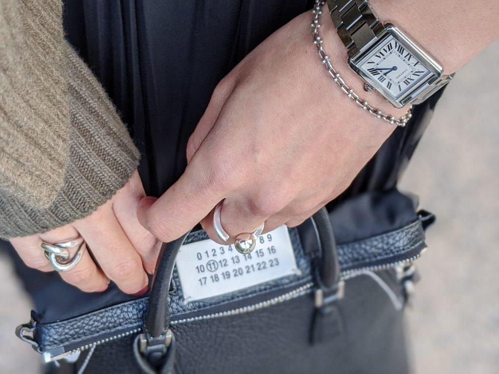 ジュエリーはバッグの金具と合わ
