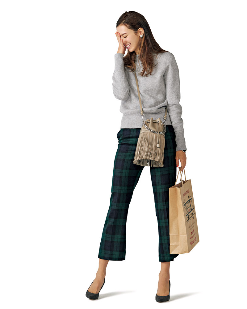 正統派トラッドのブラックウォッチも女らしいシルエットでイメージ一新新鮮なクロップトフレアシルエットで女らしくスタイルアップ。パンツ¥39,000(ベルウィッチ/アマン)スエット¥13,000(ドレステリア/ドレステリア新宿店)バッグ¥132,000(J&M デヴィッドソン/J&M デヴィッドソン青山店)パンプス¥23,000(銀座かねまつ/銀座かねまつ6丁目本店)ピアス¥27,500(ピヨ テバード/ZUTTOHOLIC)ネックレス¥9,820(チビジュエルズ/チビジュエルズ ジャパン)時計¥22,000(ダニエル ウェリントン/ダニエル ウェリントン カスタマーセンター)