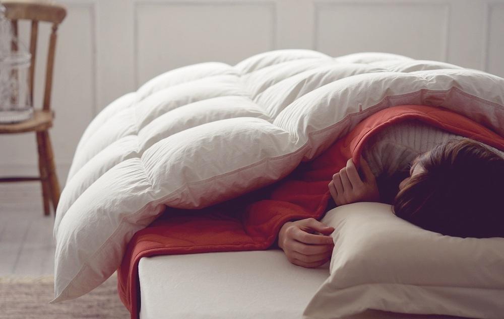 【冬に暖かく眠るコツ】「掛けふとん」と「毛布」どちらが上?正解は…