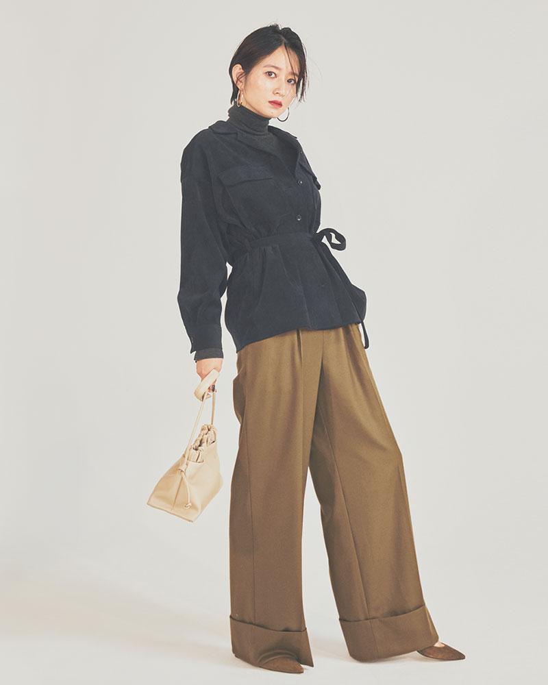太く折り返された裾のパンツは、ボリューミィなシャツでバランスよく 足元に重心がくるデザインのパンツと、バランスが取れるボリュームのあるトップス。そんな掛け合わせを楽しめるのは、骨格が3タイプ中一番しっかりとしたナチュラル体型。ワイドパンツ¥35,000(サクラ/インターリブ)シャツ¥19,000(Stola.)タートルネックニット¥7,500(エジック/エレメントルール カスタマーサービス)バッグ¥23,000(デッケ/ジャーナル スタンダード レリューム ルミネ新宿店)パンプス¥26,000(ファビオ ルスコーニ/ファビオルスコーニ ヴィオロ福岡店)ピアス¥8,000(アビステ)