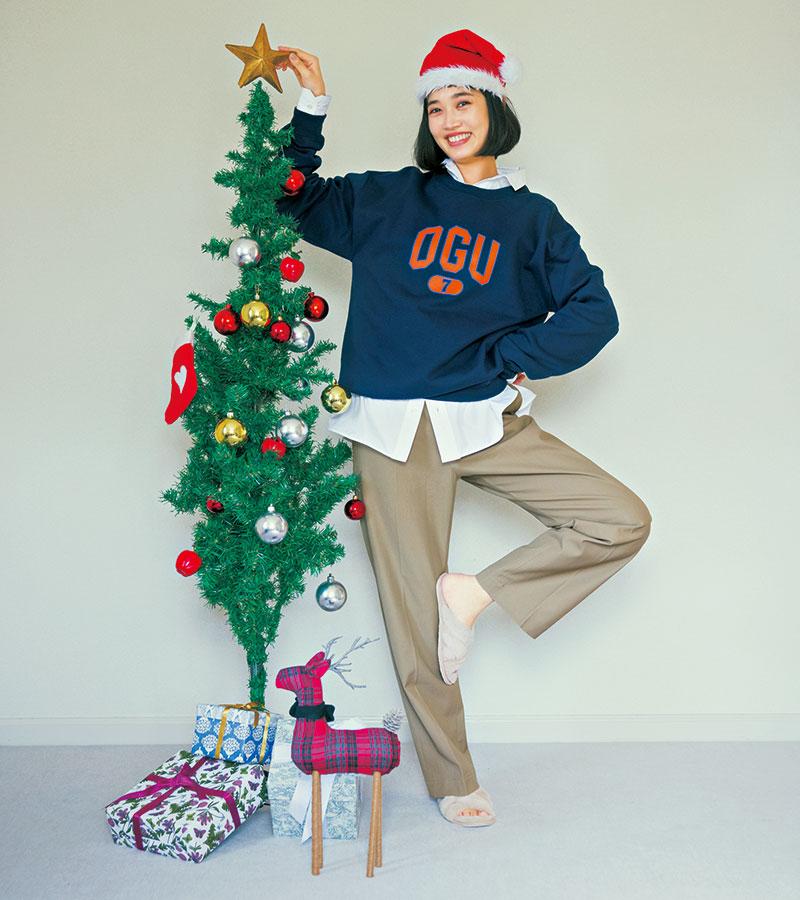今年もクリスマスツリーが上手に飾れた♡ 引っ越すならこうやってクリスマスパーティができる家が理想。それなりに広くて、できればオーブンがあって…あ、そうだ!駅近っていうのも大切!となると、一人暮らしより、ソウタロウくんとの恋を実らせるほうが先かも! スリッパ/スタイリスト私物