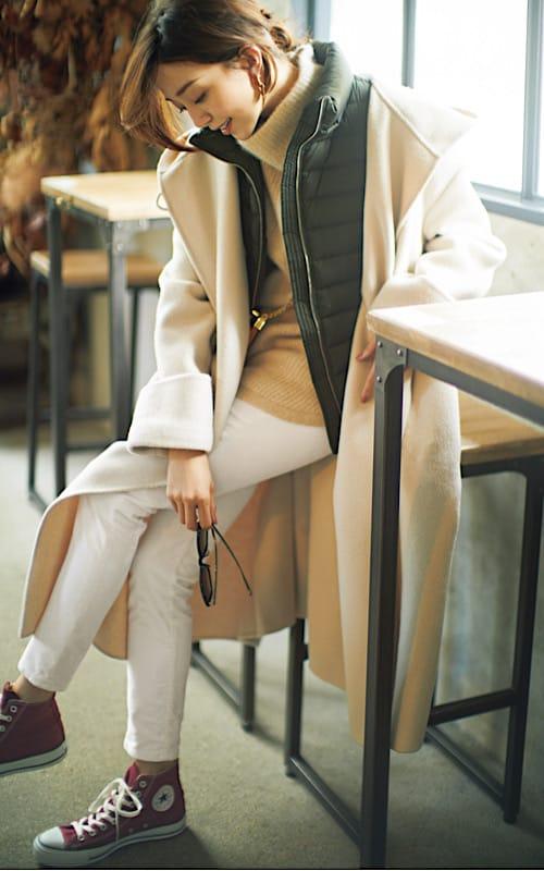 白のアイテムを重ねた冬らしい着