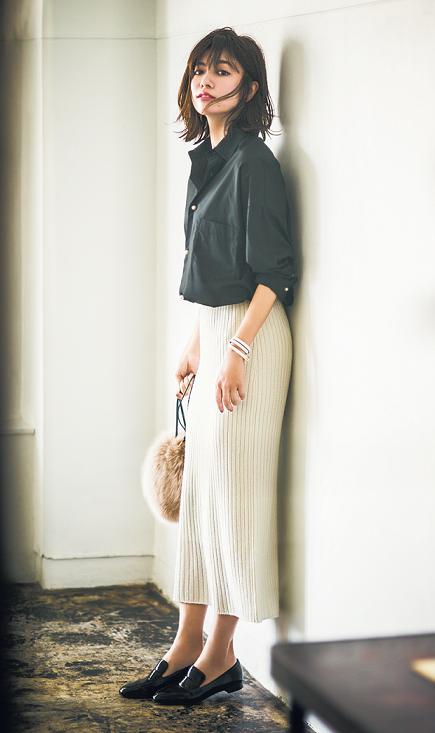 黒のシャツに白スカートを合わせ